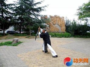 宋庆福大师在练两仪刀法